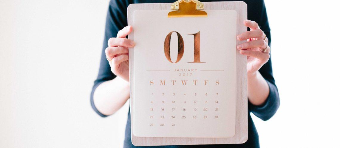 Frau blaues T-Shirt Kalender Januar zum Artikelthema Januar: Top 10 Events in Berlin