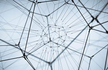 weiße Wand schwarzes Geflecht zum Artikelthema Kunstausstellung Potsdam: Design trifft auf Politik