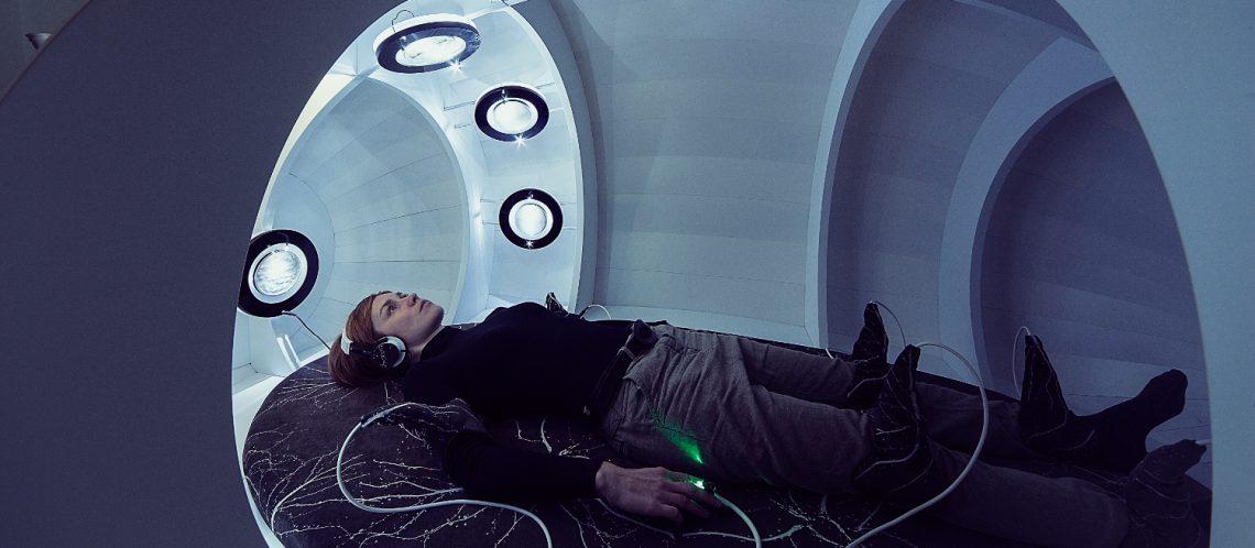 weiße Röhre liegender Mensch Kabel an Armen und Beinen zum Artikelthema Wissenschaftliche Kunst: BioArt bringt Menschen der Natur wieder näher
