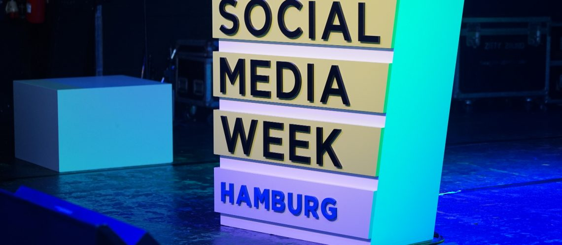 Stehpult zum Artikelthema Social Media Week 2018: Influencer Marketing, Community Building und mehr