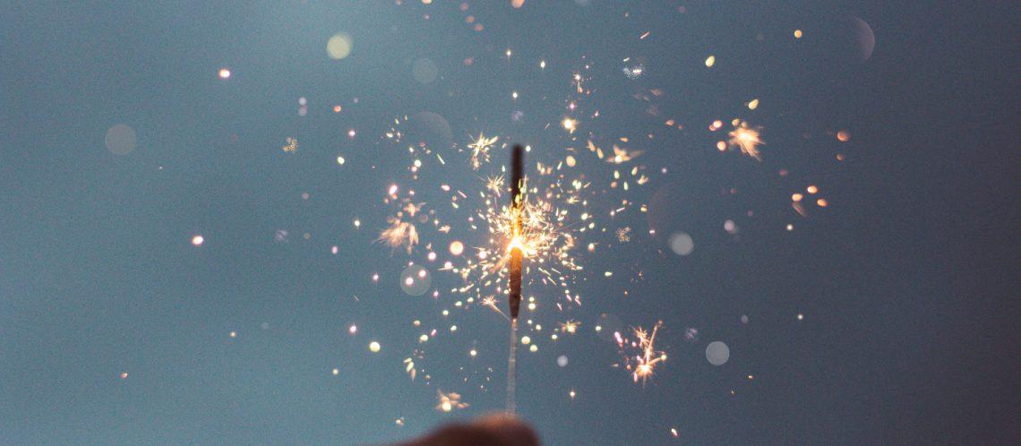 Wunderkerze dunkler Himmel zum Artikelthema Silvester in Berlin: Die schönsten Bilder zum Jahreswechsel