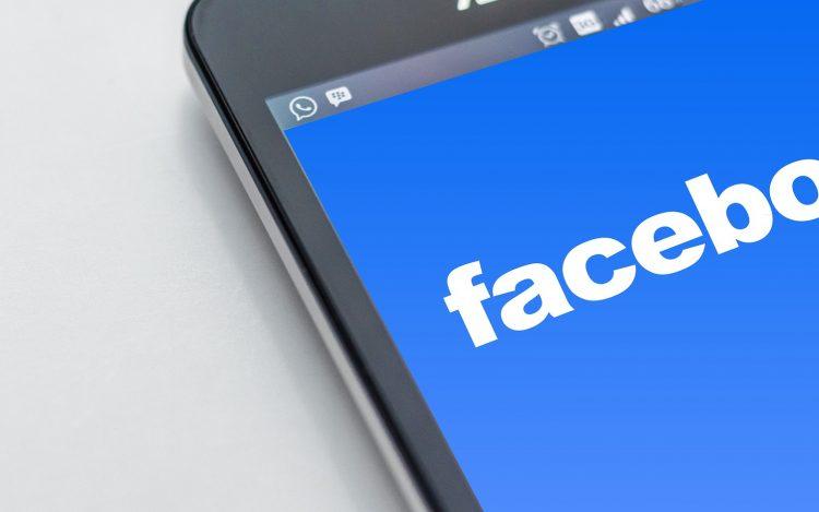 Handy Facebook weißer Hintergrund zum Artikelthema Facebook News: Mark Zuckerberg setzt auf soziale Kontakte