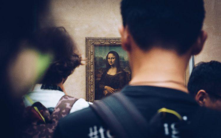 Menschen vor Mona Lisa-Gemälde zum Thema: Bilder allein zuhaus: Animierte Gemälde