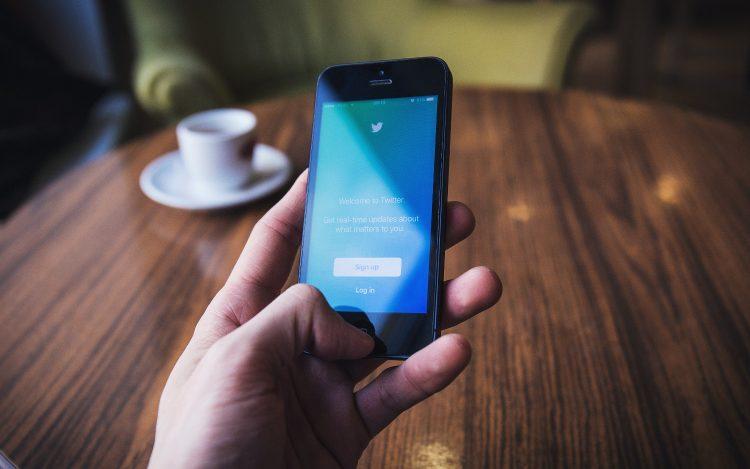 Twiiter auf dem Smartphone: zum Thema: Vorsätze für 2018: Kreative & lustige Tweets im Netz