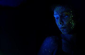 blaue Frau schwarzer Hintergrund zum Artikelthema Social Media News: Virtueller Influencer erobert Instagram