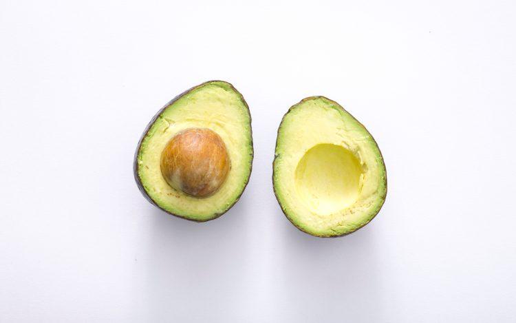 weißer Hintergrund grüne Avocado zum Artikelthema Instagram Trend: Verlobung? Nicht ohne meine Avocado!