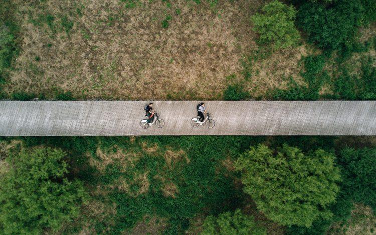 Wiese Fahrradweg zwei Fahrräder zum Artikelthema Hochschulwettbewerb: Wie E-Bikes in die Großstadt integrieren werden können