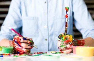 Oberkörper blaues Hemd Pinsel Farben zum Artikelthema Fake vs. Real: Künstler gelingt perfekte Täuschung