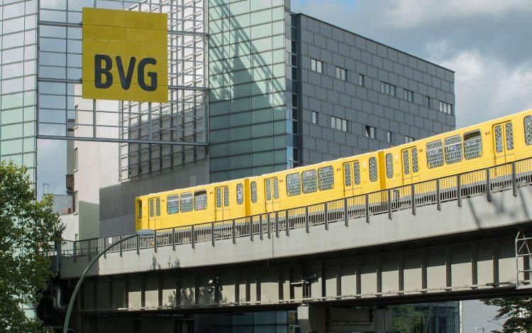 BVG-Gebäude gelbe Straßenbahn zum Artikelthema Verkehrswende: BVG bestellt Elektrobusse in Milliardenhöhe