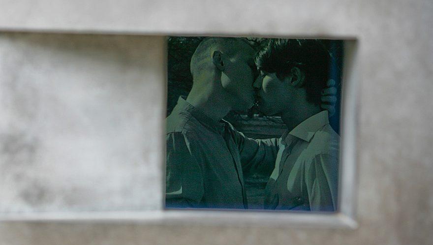 Video zwei sich küssende Männer zum Artikelthema: Homosexuellen-Denkmal Berlin: Neuer Kurzfilm löst Videoloop ab