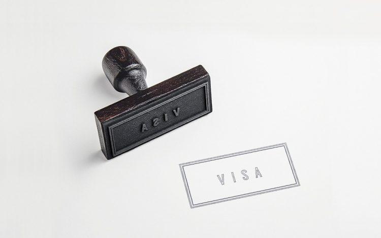 schwarzer Visa-Stempel weißer Hintergrund zum Artikelthema Visumfrei Reisen: Mit dem deutschen Reisepass einmal um die Welt