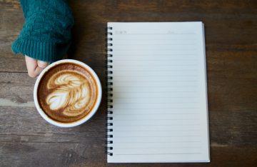 Food art Kaffee neben Notizblock