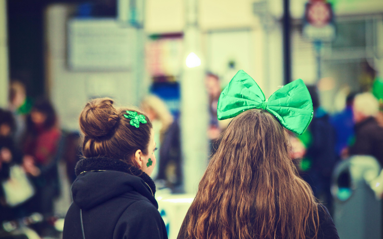 Mädchen mit grünen Accessoirces zum Artikel-Thema: Top 10 Berlin Events im März