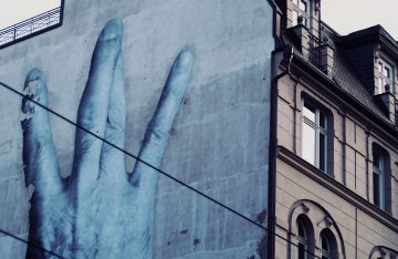 Wandbild an Hauswand zum Artikel: Nackenstarre garantiert: Das Berlin Mural Fest