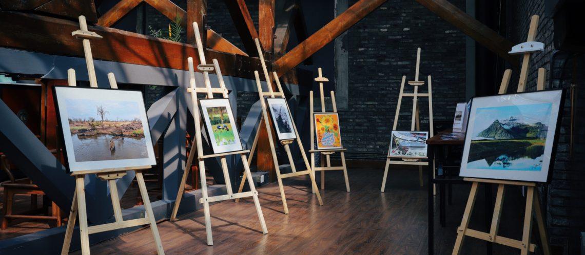 Bilder auf Staffeleien zum Artikelthema Kunstauktion in Berlin erzielt Rekordsumme