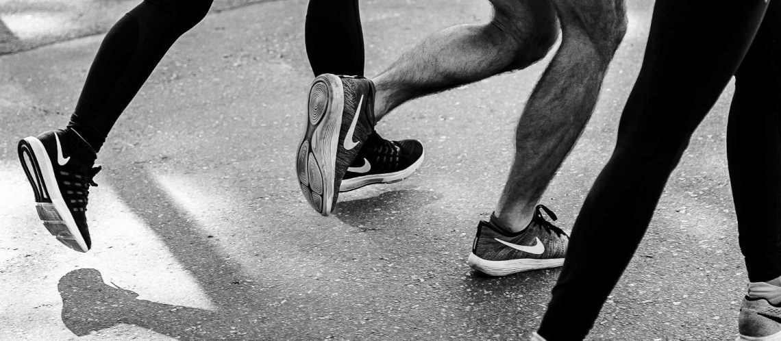 Mehrere Personen laufen, joggen mit Nike-Schuhen, Bild zum Artikel Stark im Park