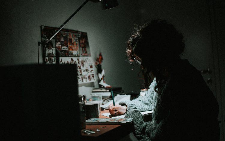 Künstler am Schreibtisch beim Zeichnen: Anonyme Zeichner