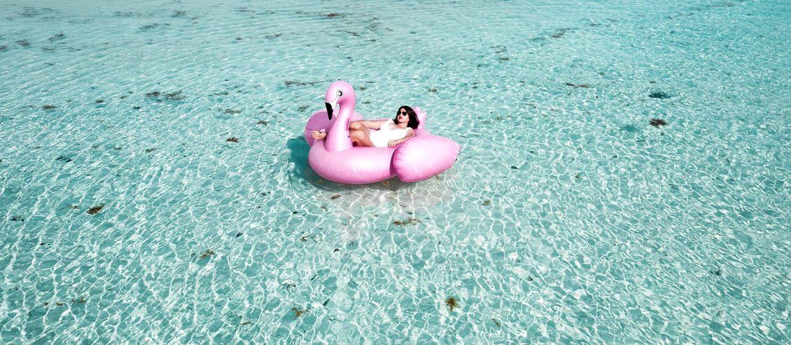 Flamingo-Schwimmreifen im Pool mit Frau zum Thema Top 5 Tipps Berlin