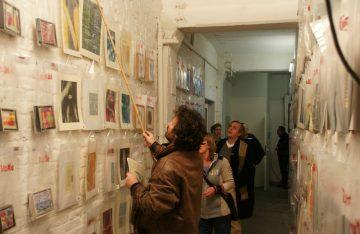 Künstler der Gerichtshöfe Berlin an Wand mit Kunstwerken