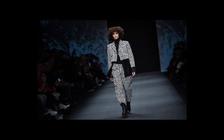 Model läuft für Kuniri auf der Fashion Week in Berlin
