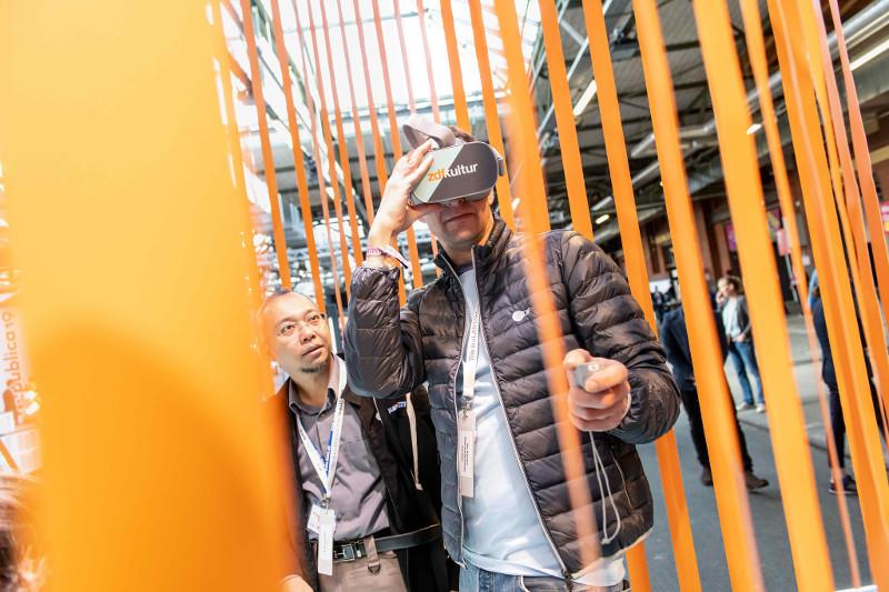 Besucher*innen mit einer VR-Brille am Stand vom ZDF auf der re:publica