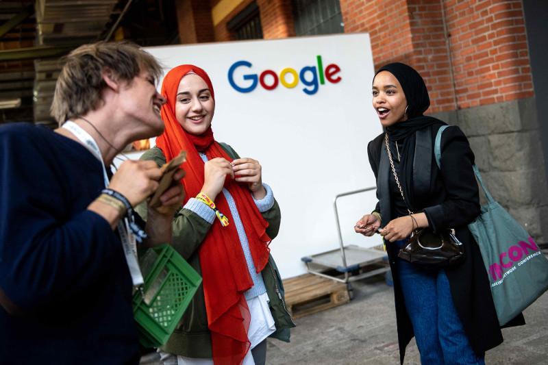 Besucher*innen auf der re:publica 2019 am Stand von Google