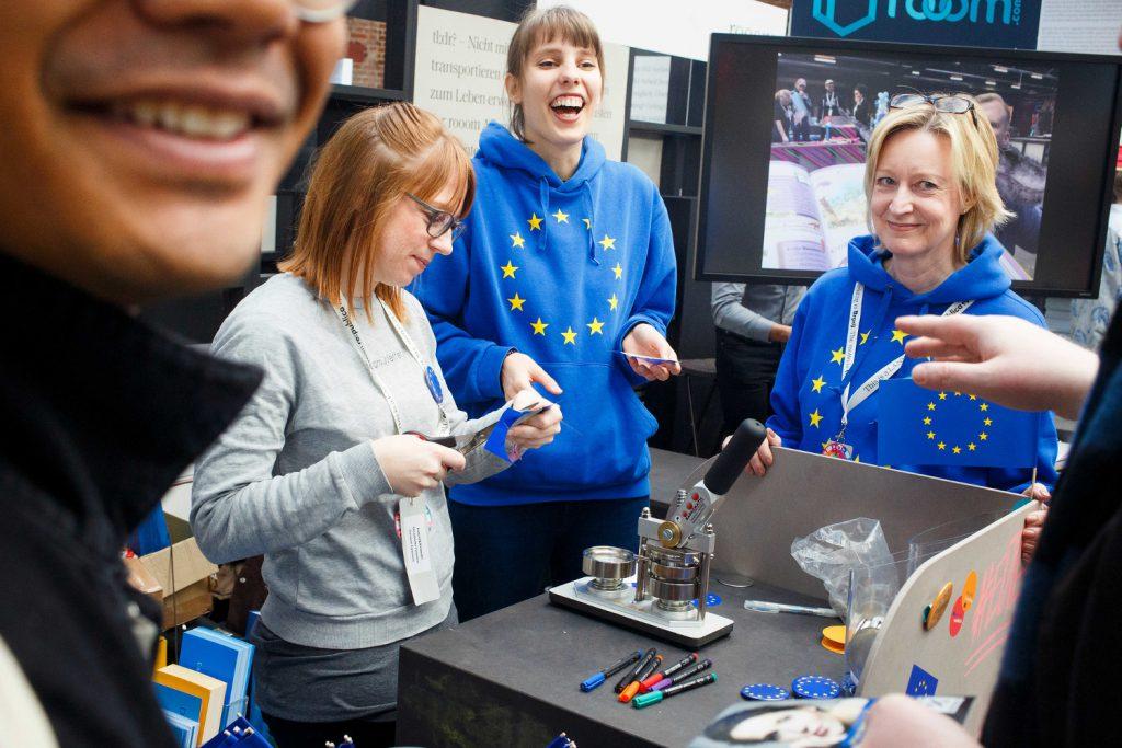 republica 2019: Geht wählen! Pullover mit Aufdruck der Fahne der Europäischen Union.