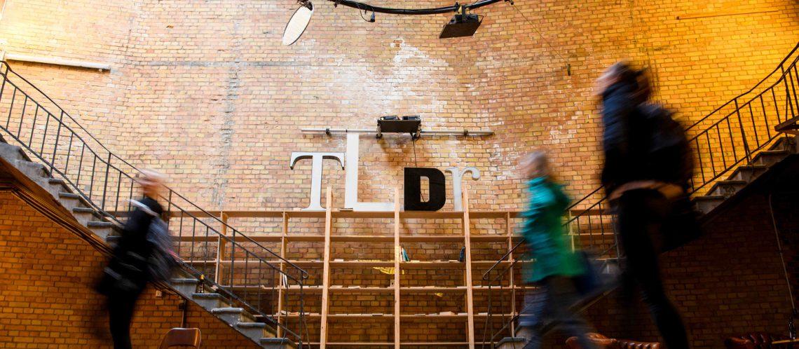republica 2019: Schriftzug Motto tl;dr an der Wand in der Halle