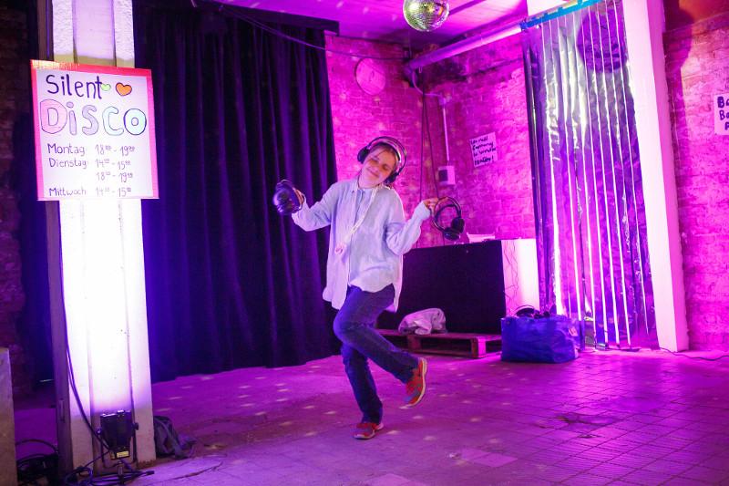 Eine Besucher*innen tanzt in der Silent Disco auf der re:publica 2019; Foto: Jan Zappner/re:publica