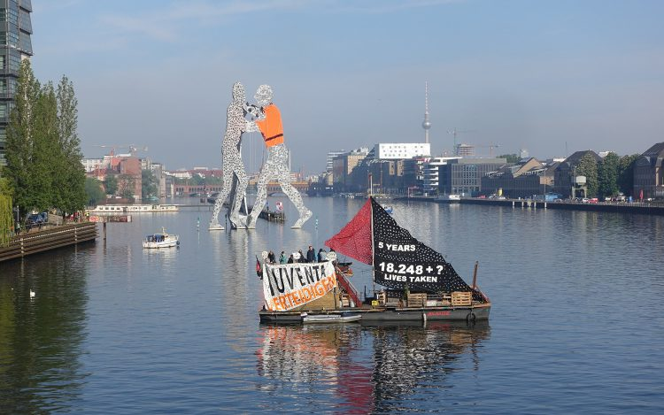 Politische Kunstaktion in Berlin: Molecule man mit Weste
