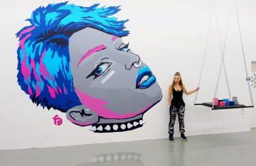 Valeryia Losikava aka Fabifa vor ihrem Tape-Art-Kunstwerk