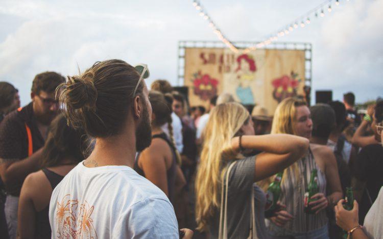 Junger Mann auf Musikfest zum Artikel fête de la musique 2019