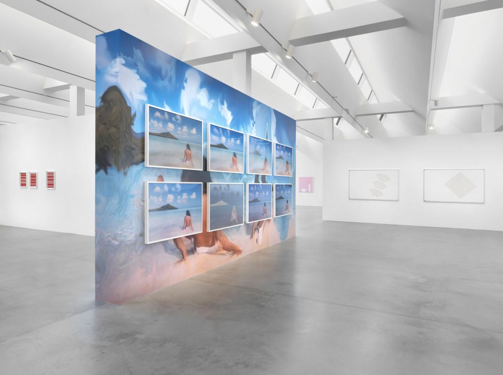 Ausstellung Wandinstallation Jennifer in Paradise von Constant Dullaart